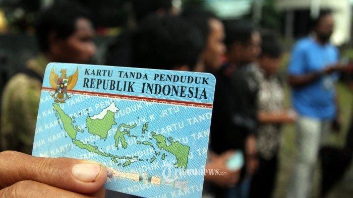 ILUSTRASI e-KTP - Sejumlah warga Surabaya mengeluh hingga kesal tak kunjung dapat e-KTP. Dispendukcapil pun beri solusi memberikan surat keterangan dengan virtual certificate.