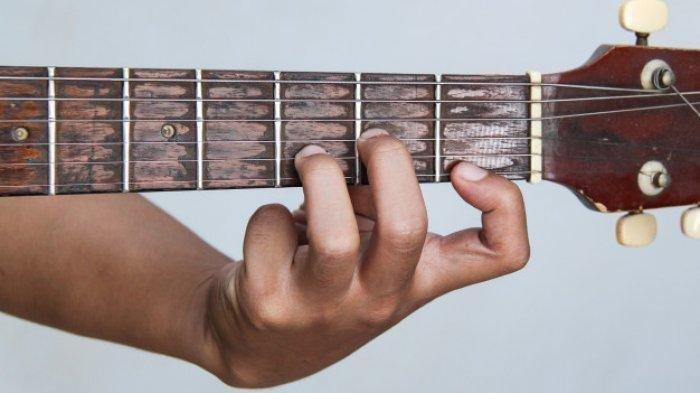 Chord Gitar dan Lirik Lagu 'Yang Sedang-sedang Saja' Iwan Salman, Viral di TikTok, 'Aku Suka Dia Ma'
