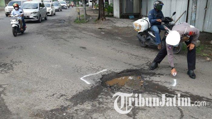 Polisi Tandai Jalan Berlubang di Mojokerto yang Picu Kecelakaan Hingga Merenggut Korban Jiwa