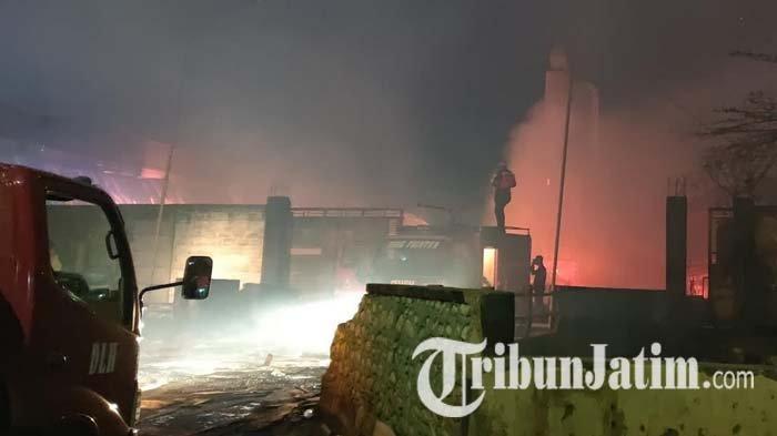 Kebakaran Pabrik Kayu di Probolinggo, Petugas Kesulitan Padamkan Api karena Angin Kencang