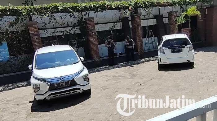 Penyidik KPK Geledah Kantor Diporparbud Kabupaten Probolinggo, Pintu Pagar Ditutup Rapat