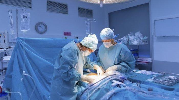 Ilustrasi operasi caesar ibu hamil yang dilakukan oleh dokter