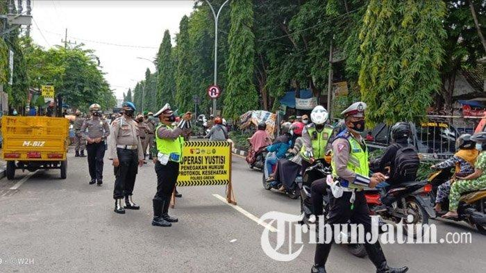 Hari Pertama PPKM di Gresik, Petugas Jaring Belasan Pelanggar Prokes, Dapat 'Hadiah' Sanksi