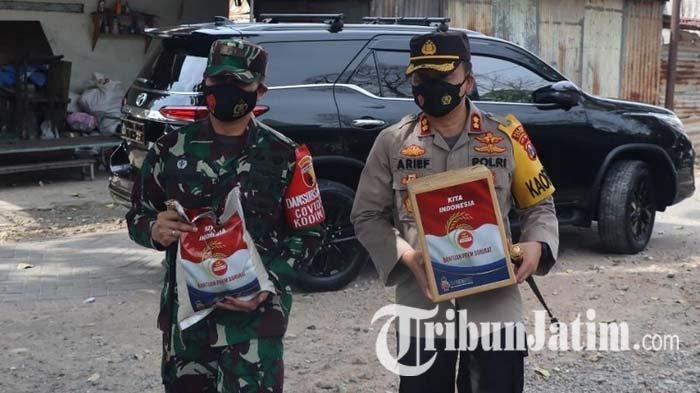 Kapolres Gresik Bersama Dandim 0817 Antarkan Beras untuk Warga Terdampak PPKM Darurat