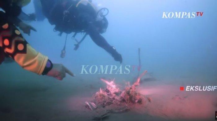 Ilustrasi para penyelam yang masuk ke dalam laut dan mengevakuasi jasad Sriwijaya Air