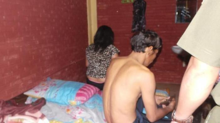 Ilustrasi pasangan selingkuh ketika sang suami sedang sholat di Masjid kampung