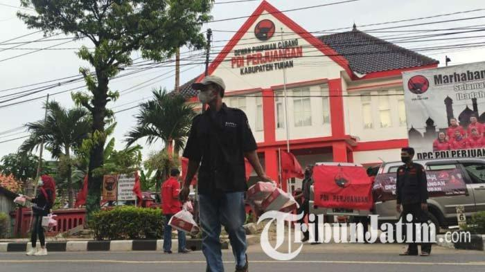 Kader PDI Perjuangan Tuban melakukan aksi berbagi takjil kepada pengguna jalan, Minggu (2/5/2021).
