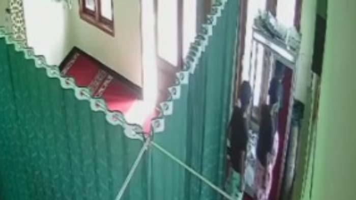 Bagi Tugas, Dua Remaja Berpakaian Kembar di Malang Curi Uang Kotak Amal Musala, Terekam Kamera CCTV