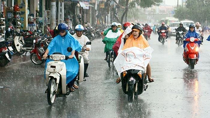 4 Tips Berkendara Saat Hujan, Mulai dari Cek Keadaan Kendaraan hingga Memilih Jas Hujan Anti Air