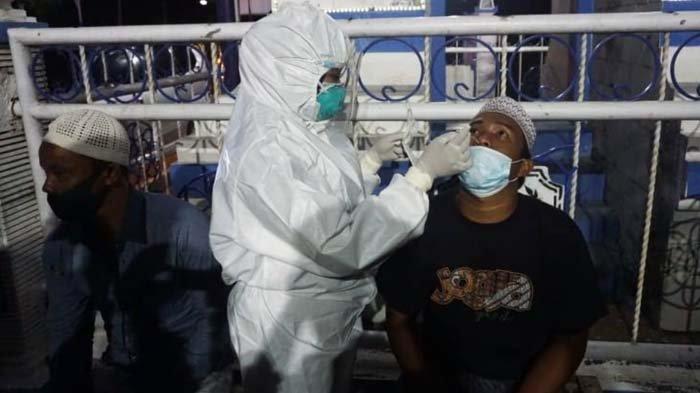 Penyekatan di Perbatasan Sampang-Bangkalan, Puluhan Pengendara Jalani Test Swab Antigen Covid-19
