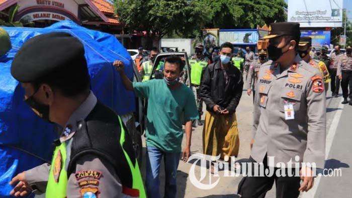Tiba di Pos Penyekatan Tuban, Korlantas Polri Cek Kendaraan yang Nekat Masuk Saat Pelarangan Mudik