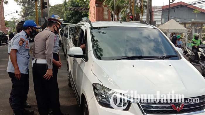 Polisi Lakukan Penyekatan di Jalan Raya Balearjosari Malang, Puluhan Kendaraan Diputar Balik