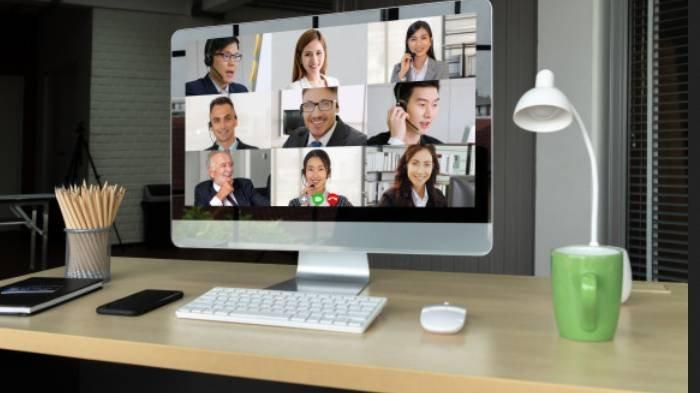 Ilustrasi rapat virtual atau meeting online.