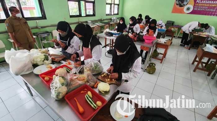 Terapkan Prokes Ketat, Pembelajaran Tatap Muka di SMKN 2 Sukorejo Kabupaten Pasuruan Mulai Normal