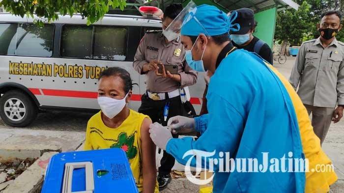 Vaksinasi Covid-19 Sasar Tunawisma di Tuban, Polisi Door to Door Jemput Warga