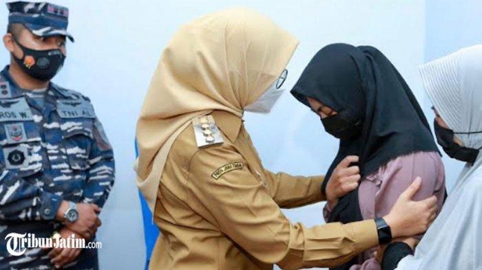 Pecah Tangis Istri Awak KRI Nanggala 402 di Pelukan Bupati Banyuwangi, 'Suami Saya Sudah Tenang'