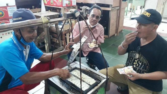 Berjualan Puluhan Tahun, Pedagang Roti Bantol di Gresik Terharu Dagangan Roti Bantolnya Diborong