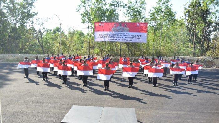 Polres Pamekasan Bagi 76 Ribu Bendera Merah Putih ke PKL dan Pengendera, Peringati HUT RI ke-76