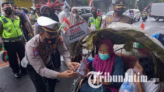 Cegah Pengibaran Bendera Putih, Polisi di Lumajang Bagi-bagi Bantuan pada Warga