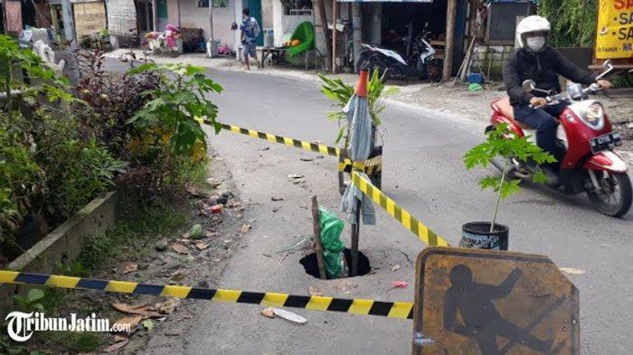 Hati-hati Menuju Bukit Putri Cempo! Jalan Dewi Sekardadu Kebomas Gresik Ambrol Berlubang
