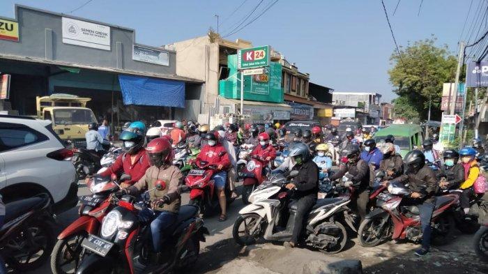 Jalan Raya Ngasinan, Perbatasan Surabaya-Gresik Rusak Parah, Dampaknya Terjadi Kemacetan