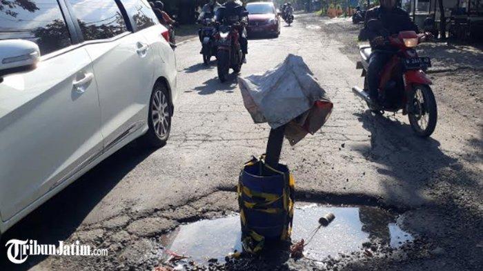 Jalan Mayjend Sungkono Gresik Rusak Berlubang, Ditandai Warga dengan Tong: Biar Tidak Ada Korban