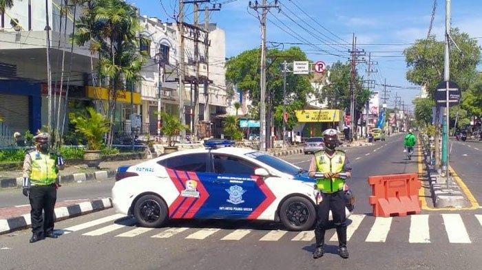 Batasi Mobilitas Warga, Polisi Tutup Dua Jalan di Gresik Selama PPKM Darurat