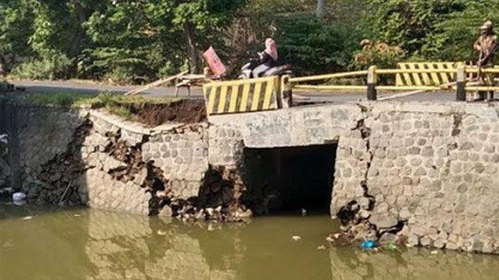 Jembatan di Gresik Ambles Gara-gara Tergerus Banjir, Sebagian Aspal Ambles dan Retak