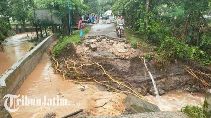 Jembatan akses warga Jatiblimbing Kecamatan Kapas, Bojonegoro, ambruk, Kamis (21/1/2021).