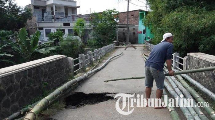 Jembatan Penghubung Dua Desa di Tulungagung Ambles, Warga Buat Jembatan Bambu di Atasnya