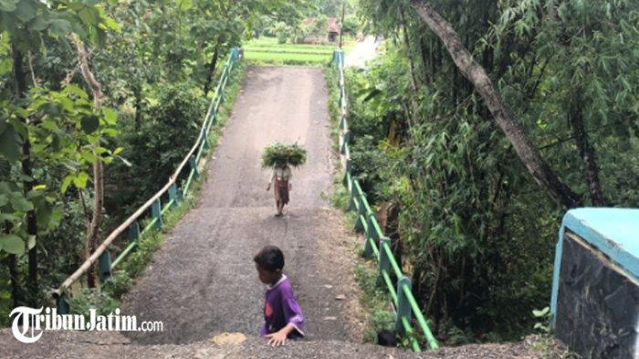 Tunggu Penanganan dari BPDB, Warga Gotong Royong Perbaiki Jembatan Ambruk di Desa Sogian Sampang