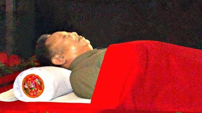Foto 7 Jenazah Diktator Dunia yang Dibalsem Agar Awet, Termasuk Mayat Ayah & Kakek Kim Jong-Un