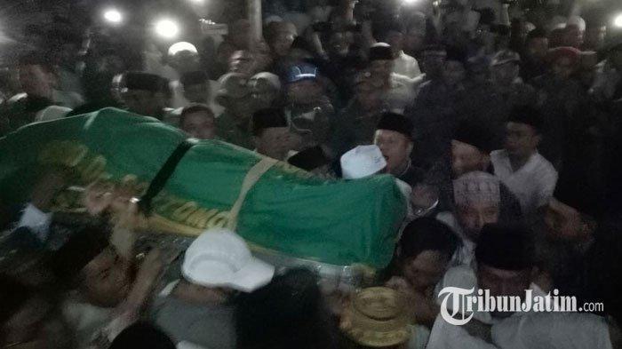 Jenazah Fuad Amin Tiba di Rumah Duka, Jalan Letnan Mestu Bangkalan Ditutup untuk Umum