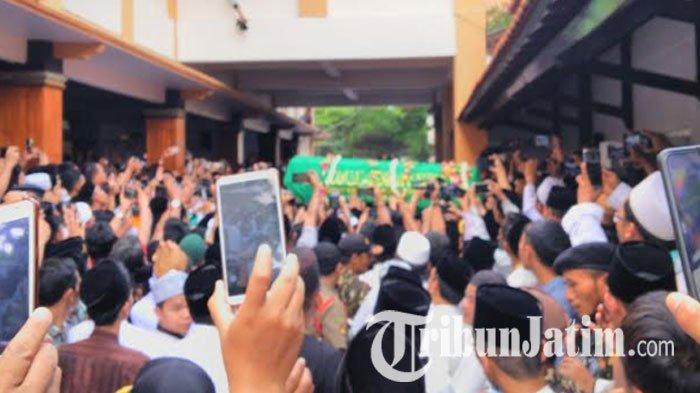 Ribuan Santri Ucap Kalimat Tauhid dan Tahlil Sambut Jenazah Gus Sholah di Ponpes Tebuireng Jombang
