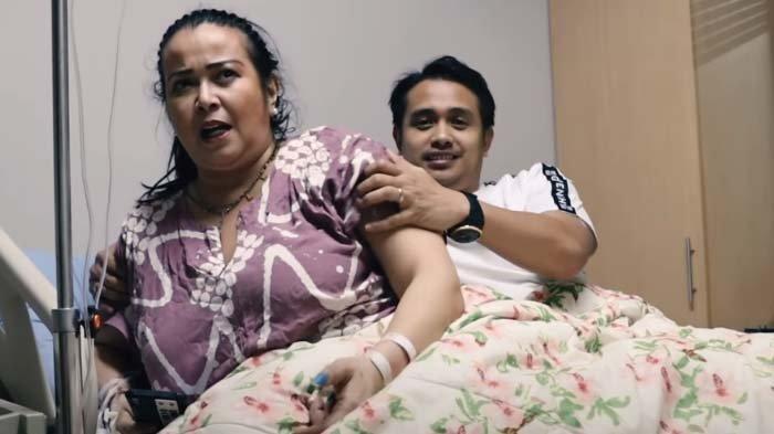 Jennifer Ipel dan Ajun Perwira di kasur rumah sakit saat dirawat