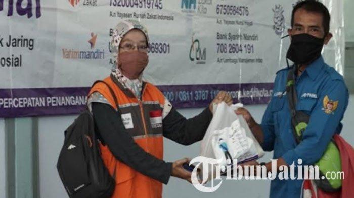 Penghasilan Merosot akibat Pandemi Covid-19, Jukir di Kota Kediri Dapat Bantuan Paket Sembako