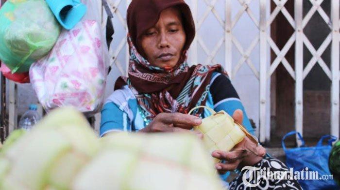 Seikat Asa dari Helaian Janur Mulai Terasa, Momen Berkah Pedagang Ketupat Musiman Jelang Lebaran