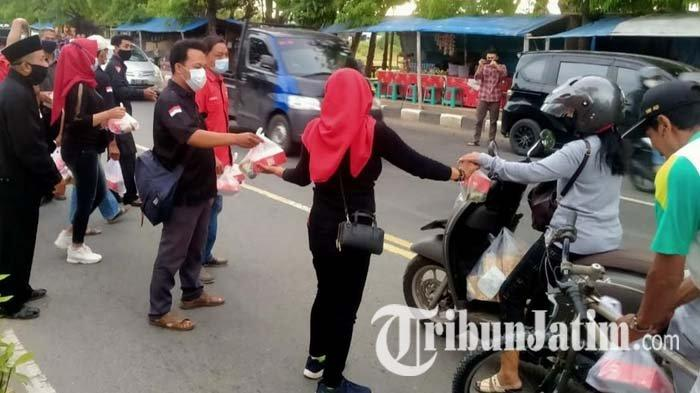 DPC PDI Perjuangan Tuban Gelar Aksi Bagi-bagi Takjil pada Pengguna Jalan yang Melintas