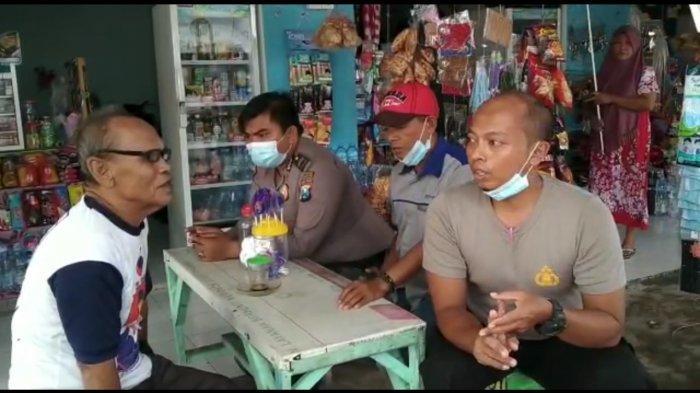 Bagi Masker di Terminal Bangkalan, Polisi Disambati Pria Tua Kehabisan Uang Beli Tiket ke Jakarta