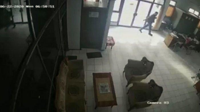 Aksi Pencurian Terekam CCTV di Kantor DPKP Kota Mojokerto, Tas Berisi Laptop dan Uang Raib Digondol