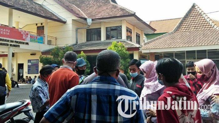 Pemohon e-KTP Geruduk Kantor Dispendukcapil Kabupaten Mojokerto, Berdesak-desakan Sampai Pagar Roboh