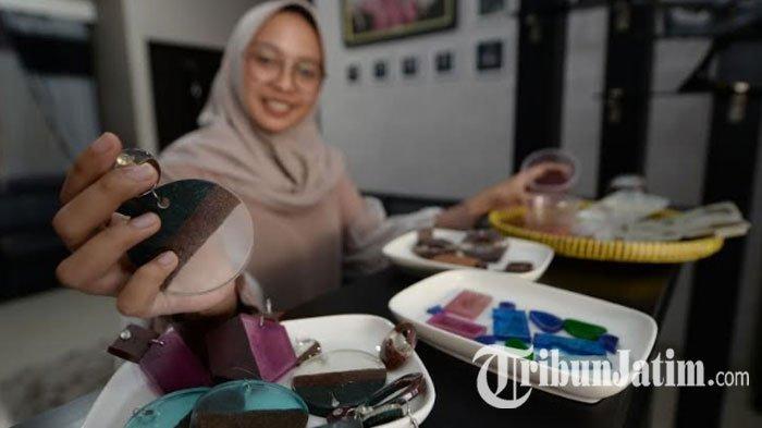 Peduli Lingkungan, Mahasiswa UC Surabaya Ini Ajak Daur Ulang Serbuk Kayu Jadi Anting, Gini Caranya