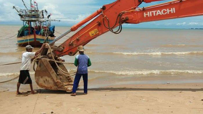 Terhempas Gelombang Laut Disertai Angin,Kapal Sandar di Perairan Kecamatan Bancar Tenggelam
