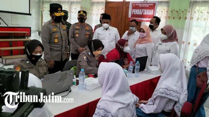 Kapolda Jatim Tinjau Vaksinasi Covid-19 di SMA Negeri 1 Gresik, Dorong Herd Immunity 70 Persen