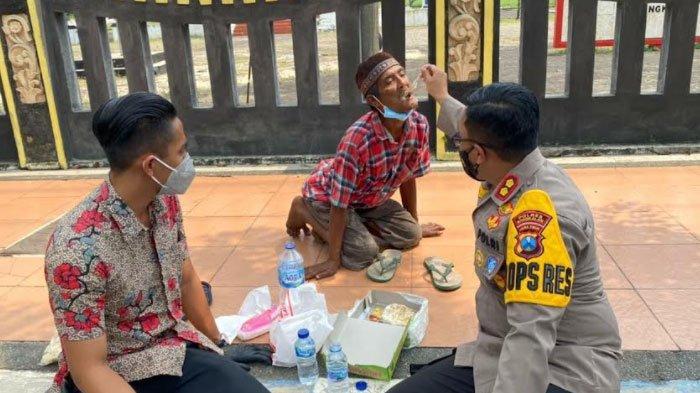 Perintahkan Ajudan Putar Balik Mobil Dinas, Kapolres Bangkalan Turun dan Suapi Pria Renta di Trotoar