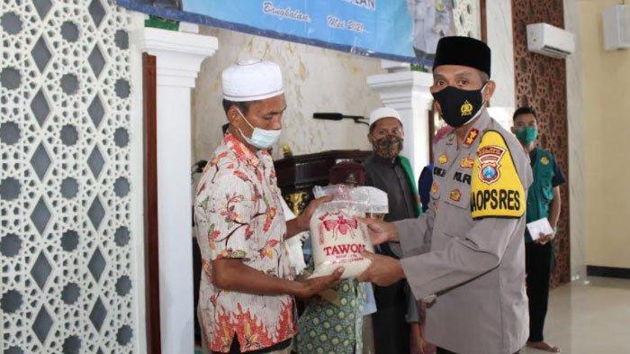 Salurkan Zakat Fitrah dan Mal, Kapolres Bangkalan: Ini Momentum Titik Balik Kita Mendekatkan Diri