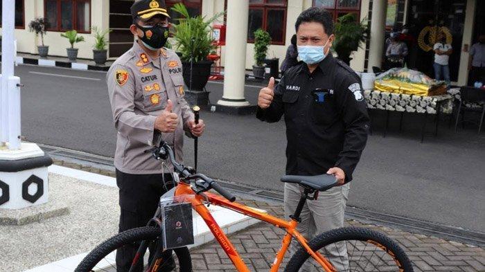 Memotivasi Kinerja Personelnya, Kapolres Batu Bagikan Sepeda kepada Anggota Berprestasi