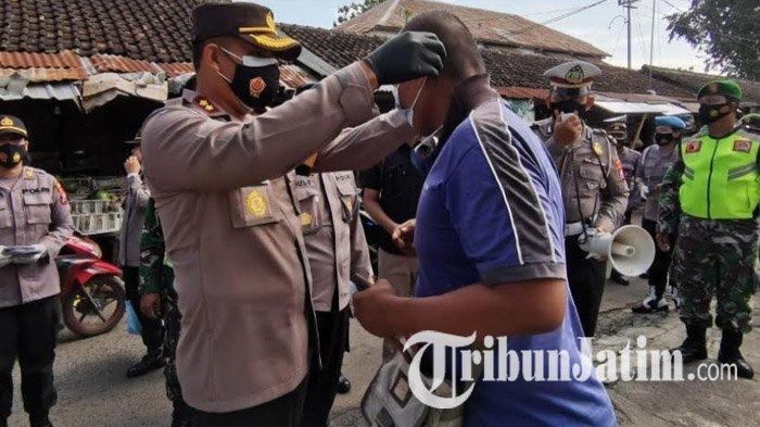 Polisi Bagikan 2.000 Masker pada Pedagang dan Pengunjung Pasar Tradisional Kota Blitar