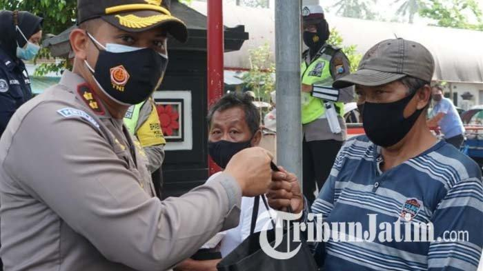Polisi Bagikan Sembako Sambil Kampanyekan Prokes ke Tukang Becak di Makam Bung Karno Kota Blitar