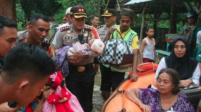 Aksi Simpatik, Kapolres Bojonegoro Turun Bantu Evakuasi Korban Banjir Sampai Gendong Anak Kecil